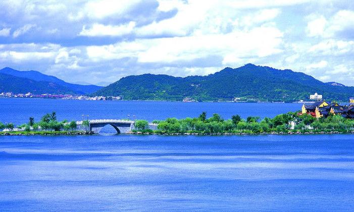 東錢湖又稱錢湖、萬金湖,是浙江省著名的風景名勝區,距寧波城東15公里,湖的東南背依青山,湖的西北緊依平原,即東經12134,北緯2852,是閩浙地質的一部分,系遠古時期地質運動形成的天然瀉湖。被郭沫若先生譽為西湖風光,太湖氣魄。東錢湖由谷子湖、梅湖和外湖三部分組成,南北長8.