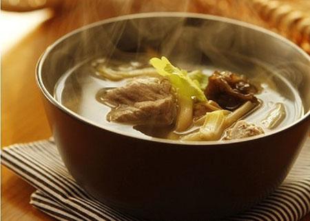 金针菜下奶的做法:金针菜排骨汤.jpg