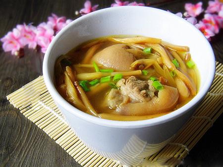 金针菜下奶的做法:金针菜猪蹄汤.jpg